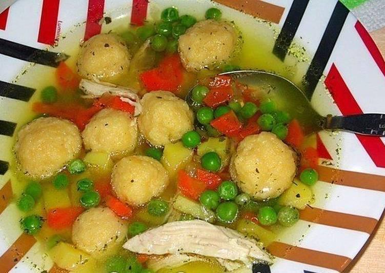 Лёгкий куриный суп с сырными кнедлями и зеленым горошком